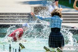Жара, лето, май. Челябинск, ребенок, девушка, жара, брызги, лето, дети, юбка, купание в фонтане, пацан, фонтан, мальчик, май
