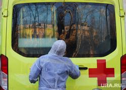 Работа фельдшеров скорой помощи в условиях коронавирусной инфекции на территории городской больницы №2. Курган, защитный костюм, скорая помощь, фельдшер, covid19, пандемия коронавируса, средства защиты, водитель скорой помощи