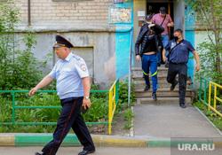 Задержание человека назвавшего себя богом. Челябинск, арест, задержанный, подъезд, полиция, задержание