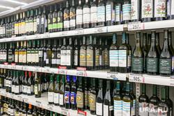 Продукты, овощи и фрукты. Тюмень, торговля, витрина, алкогольная продукция, прилавок, крепкие напитки, алкоголь, магазин, вино
