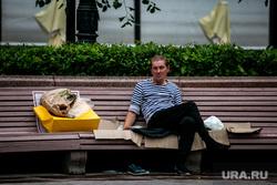 Несанкционированная акция против принятия поправок к Конституции РФ на Пушкинской площади в Москве. Москва, сквер, бомж, бездомный, лавочки, пушкинская площадь, дождь