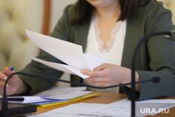 Пресс-конференция с замгубернатора Воробьевым Анатолием. Курган, чиновница, женские руки