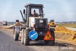 Председатель совета директоров ПАО «Газпром» Виктор Зубков посетил Сафакулевский район. Курган, объезд на дороге, ремонт дороги, трактор