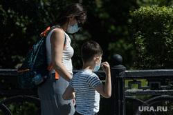 Екатеринбург во время пандемии коронавируса COVID-19, прогулка, семья, маска на лицо, мама и ребенок, масочный режим