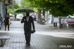 Екатеринбург во время пандемии коронавируса COVID-19, прохожий, зонт, мужчина, виды екатеринбурга, дождь
