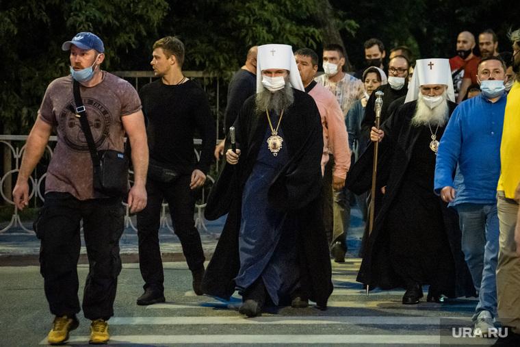 Вечерняя служба перед крестным ходом у Храма на Крови с участием митрополитов. Екатеринбург
