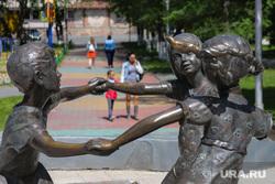 День защиты детей. Курган, детский парк, памятник дети