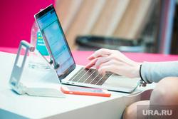 ПМЭФ-2021, третий день.  Санкт-Петербург, ноутбук, работа, предприниматель, бизнесмен, сделка, бизнес, дело, работа за компьютером, бизнес леди