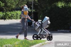 Весна в городе. Курган, мама с коляской, ребенок и мать, детская коляска, весна