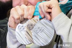Встреча олимпийских медалистов Дениса Спицова и Александра Большунова в аэропорту. Тюмень, олимпийские медали, бронза, серебро, спицов денис, медали олимпиады