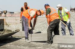 Алексей Текслер проверил готовность к вводу в эксплуатацию двух путепроводов. Челябинск, строители, бордюр, дорожники, рабочие