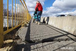 Река Тобол. Разное. Курган, кировский мост, женщина с коляской, аварийный мост