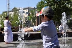 Запуск фонтанов в центре города. Екатеринбург, жара, лето, дети в фонтане, городской фонтан, фонтан, мальчик в фонтане