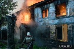 Пожар в деревянном доме по улице 8 марта. Екатеринбург, пожарный, деревянный дом, пожар, пламя, тушение пожара