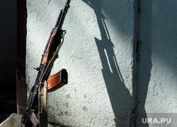 Деревня Кармир Шука после обстрела ВС Азербайджана. Нагорный Карабах, автомат калашникова