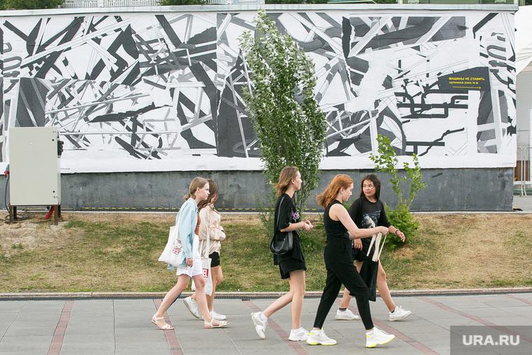 Новый стрит-арт у Конторы пароходства. Тюмень, прогулка, девушки, граффити, стрит арт, молодежь, стрит-арт, прогулка в парке, девушки гуляют