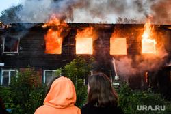 Пожар в деревянном доме по улице 8 марта. Екатеринбург, деревянный дом, пожар, пламя, огонь, тушение пожара, горящий дом, дом горит