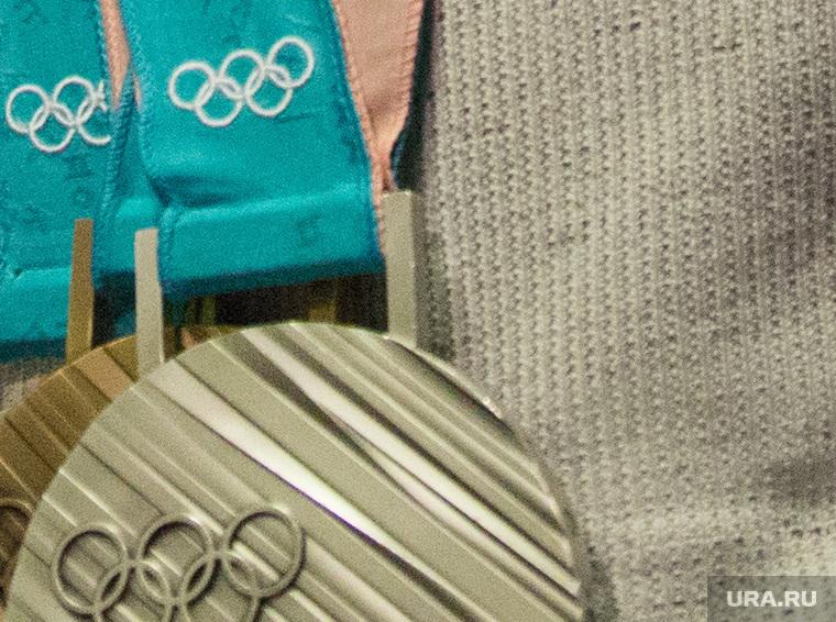 Встреча олимпийских медалистов Дениса Спицова и Александра Большунова в аэропорту. Тюмень, олимпийские медали, бронза, серебро, спицов денис