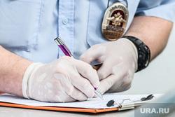 Проверка соблюдения масочного режима водителями. Екатеринбург, протокол, полиция, медицинские перчатки, заполнение протокола, одноразовые перчатки