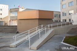 Пандус в 32 школе. Сургут, пандус, доступная среда