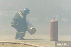 Пожар на пункте приема металлолома. Челябинск, мчс, дым, пожарный, пожар, огнеборец, газовый баллон