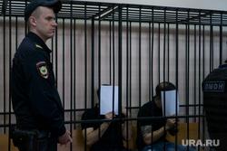 Суд над бандой Ровшана Ленкоранского в Нижнем Тагиле. Нижний Тагил, решетка, обвиняемый, скамья подсудимых, судебный пристав, задержанный, закрывает лицо, подсудимый