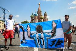Футбольные болельщики в Москве, собор василия блаженного, молитва, красная площадь, покровский собор, портрет месси