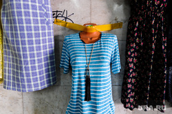Виды Челябинска, торговля, футболка, стена, платье, бижутерия, украшение, рынок, одежда, манекен, скотч, уличная торговля