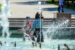Жара, лето, май. Челябинск, ребенок, жара, брызги, лето, дети, купание в фонтане, пацан, фонтан, мальчик, май