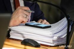 Заседание областной Думы. Курган, депутат, телефон, чиновник, законопроект, закон, документы, мобильный телефон, бумаги к заседанию