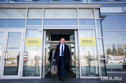 Уральский бизнесмен Сергей Капчук в аэропорту Кольцово. Екатеринбург , открытая дверь, входит, капчук сергей, входа нет