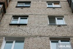 Жилой дом по адресу Володарского 54. Курган, жилой дом, окна, фасад здания аварийный, трещины в стене, улица володарского54