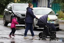 Специализированный Курганский дом ребенка. Курган, слякоть на дороге, материнство, дети, детская коляска, осень, холод, мать и дети