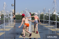 Жаркий день. Екатеринбург, тепло, лето, жара, дети, купание в фонтане, фонтан, лето в городе, фонтан у ельцин центра