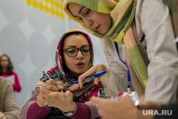 Международный Форум Добровольцев в Москве на ВДНХ. Москва, обсуждение, мусульманка, иностранные студенты, мозговой штурм, девушки в платках