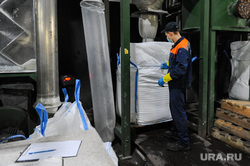 Поездка Алексея Текслера на предприятие по переработке пластика «Втор-Ком». Челябинск, переработка, рабочий, вторсырье, пластик