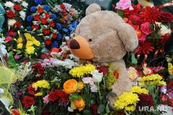 Похороны Вани Котова. Касли, могила, медведь, цветы