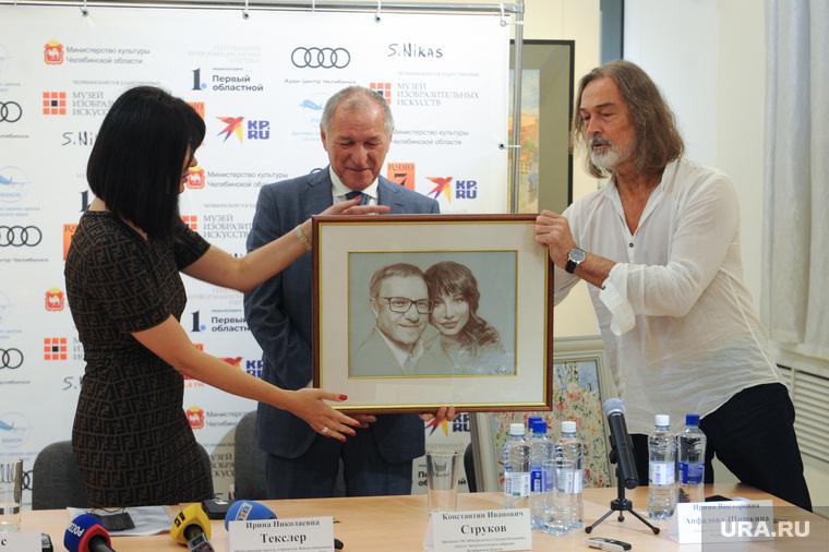 Церемония передачи картины Никаса Сафронова «Размытые воспоминания о Дали». Челябинск