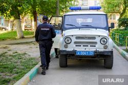 Задержание человека назвавшего себя богом. Челябинск, арест, уаз, участковый, задержанный, подъезд, полиция, патрульный автомобиль, задержание