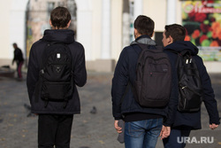 Клипарт. Курган, рюкзаки, подростки