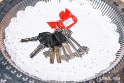 Визит Евгения Куйвашева в Нижнюю Туру, ключ, ключи от квартиры, новое жилье, новоселье, новая квартира, связка ключей