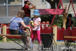 Жара в городе. Курган, детская площадка, урна, дети, урна для мусора, лето в городе