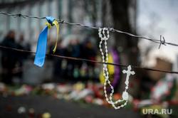 Майдан. Киев, колючая проволока, церковь, майдан, крестик, украина, религия