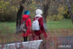 Клипарт. Курган, рюкзаки, школьницы, девочки, дети, ранцы, осень
