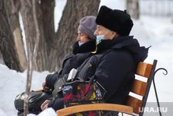 Цветы. Дети. Пенсионеры. Курган, снег, пенсионеры на прогулке, пожилые люди, пенсионер на скамейке, медицинская  маска