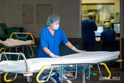 Операция по вживлению в позвоночник постоянного нейростимулятора. Екатеринбург, каталка, больничный коридор, медик, здоровье, медицина, здравоохранение, обследование, клиника, медицинский работник, врач, больница, доктор, кушетка, больничная