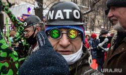 Несанкционированная акция «Цепь солидарности» в день Святого Валентина вдоль улицы Старый Арбат. Москва, нато, протестующие, протест, белая ленточка, доллары, nato, белая лента