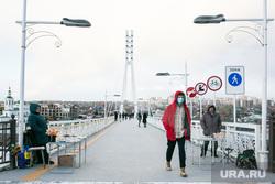 Виды города. Тюмень, пешеходный мост, человек в маске, прохожие, мост влюбленных, пешеходы, мужчина в маске