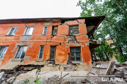 Обрушение части двухэтажного жилого дома на улице Кронштадской. Челябинск, руины, аварийное жилье, ветхое жилье, ветхо-аварийный дом