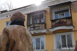 Дома по программе реновации. Екатеринбург, аварийный дом, серп и молот, балкон, ветхое жилье, старые балконы, реновация, советский герб